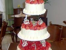 Bílý čokoládový dort s jahodami