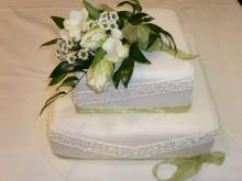 Svatební dort s marcipánovou košilkou